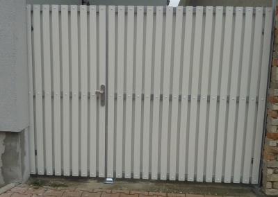 Dvoukřídlá brána s plastovými latěmi