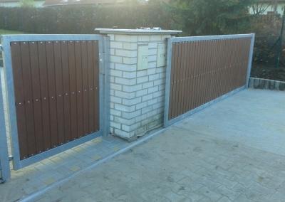Posuvná vjezdová brána s brankou a výplní plast