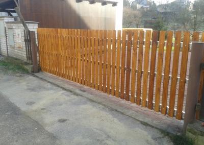 Samonosná vjezdová brána se dřevěnou výplní
