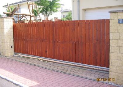 Vjezdová brána s dřevěnou výplní