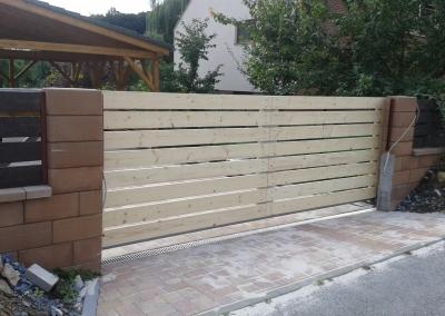 Vjezdová brána s výplní dřevo