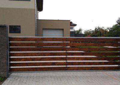 Samonosná brána s dřevem